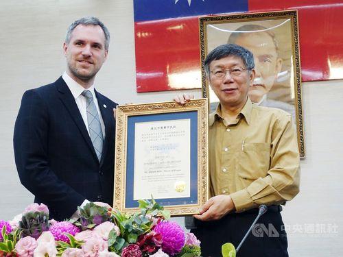 Taipei Mayor Ko Wen-je (柯文哲, right) and Prague Mayor Zdenek Hrib