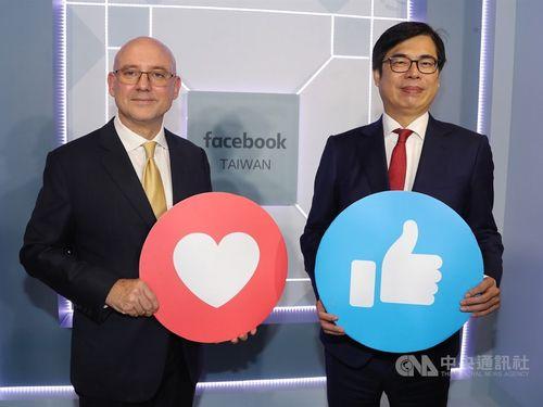 Vice Premier Chen Chi-mai (陳其邁, right) and Dan Neary, Asia-Pacific president at Facebook