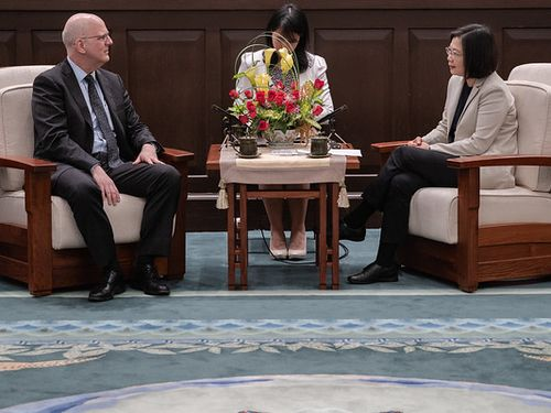 President Tsai Ing-wen (蔡英文, right) and David Meale.