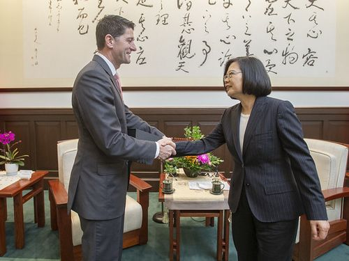 President Tsai Ing-wen (蔡英文, right) and former U.S. House of Representatives Speaker Paul Ryan
