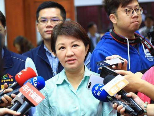 Taichung Mayor Lu Shiow-yen (盧秀燕, front, center)
