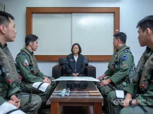 President Tsai Ing-wen (蔡英文, center) / Photo courtesy of the Presidential Office