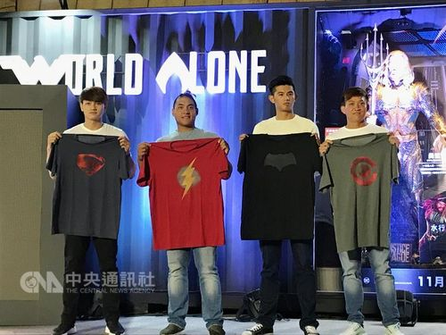 Taiwanese baseball pitcher Wei-chieh Huang (黃暐傑, second right) / CNA file photo
