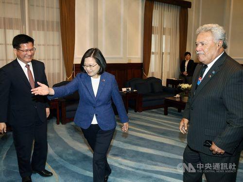 President Tsai Ing-wen (蔡英文, center) welcomes visiting Tuvalu Prime Minister Enele Sosene Sopoaga (right) at the Presidential Office on Friday.