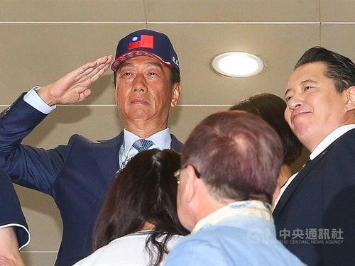 Opposition Kuomintang (KMT) presidential hopeful Terry Gou (郭台銘, left)