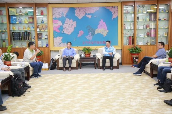 Forestry Bureau Deputy Director-General Liao Yi-kuang (廖一光, back, left) and Kinmen Magistrate Yang Cheng-wu (楊鎮浯, back, right) / Photo courtesy Kinmen County government