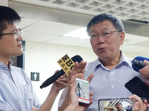 Taipei Mayor Ko Wen-je (柯文哲, right)