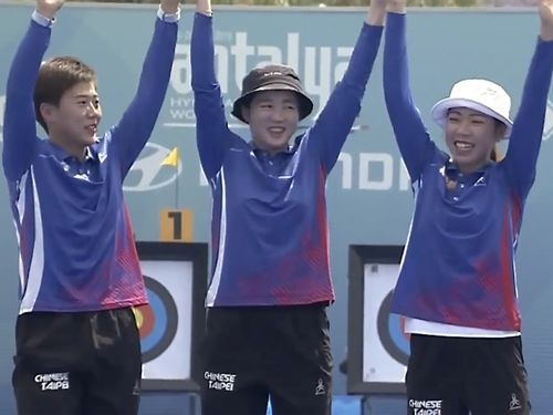 Tan Ya-ting (譚雅婷, right), Lei Chien-ying (雷千瑩, left) and Peng Chia-mao (彭家楙, center) / Image taken from Archery World Cup in Turkey Live Stream