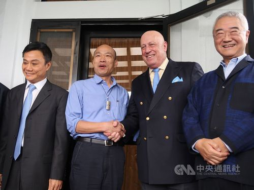 Former American Institute in Taiwan Director Douglas Paal (second right) shakes hands with Kaohsiung Mayor Han Kuo-yu