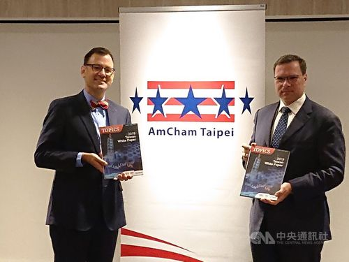 AmCham Taipei Chairman Leo Seewald (right)