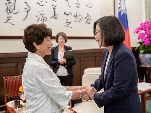 President Tsai Ing-wen (蔡英文, right) and Guatemalan Ambassador to Taiwan Olga Maria Aguja Zuniga/Image taken from the Presidential Office
