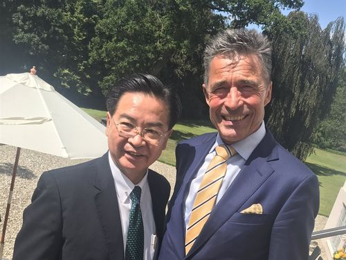 Minister of Foreign Affairs Joseph Wu (吳釗燮, left) and Anders Fogh Rasmussen / (Photo taken from twitter.com/andersfoghr)