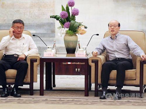 Ko Wen-je (柯文哲, left) and Liu Jieyi (劉結一).