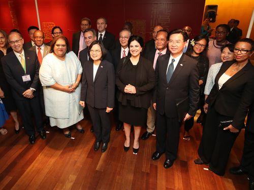 President Tsai Ing-wen (蔡英文, front row, third left)