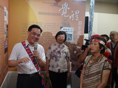 Council of Indigenous Peoples Minister Icyang Parod (left) and Atayal singer Inka Mbing (front, right)