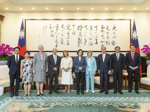 President Tsai Ing-wen (蔡英文, fifth right)
