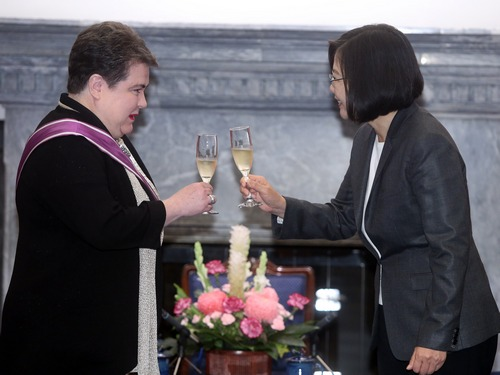 President Tai Ing-wen (蔡英文, right) and Madeleine Majorenko, outgoing head of the European Economic and Trade Office.