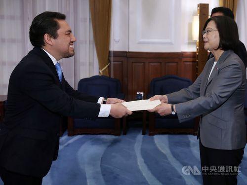 President Tsai Ing-wen (蔡英文, right) and Willy Alberto Gómez Tirado