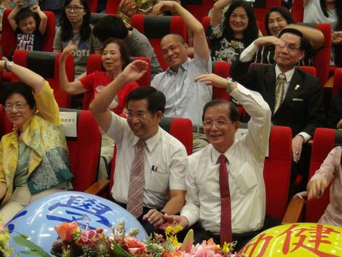 Education Minister Pan Wen-chung (潘文忠, front, second right) and former Education Minister Wu Ching-ji (吳淸基, front, right)