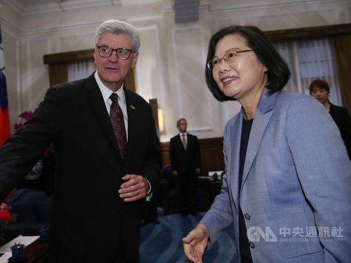 President Tsai Ing-wen (蔡英文, right) and visiting Mississippi Governor Phil Bryant.