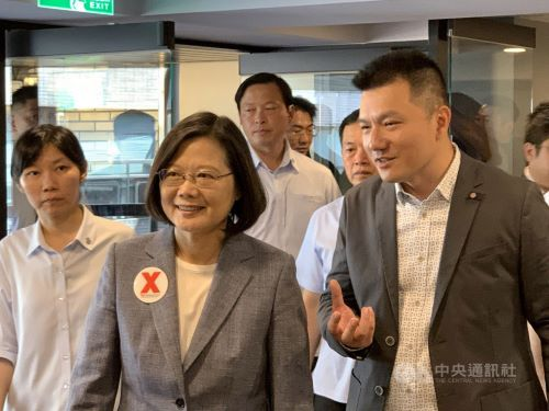 President Tsai Ing-wen (蔡英文) center, and Luke Lee (李欣龍), CEO of TEDxWeekendTaipei2019, right.