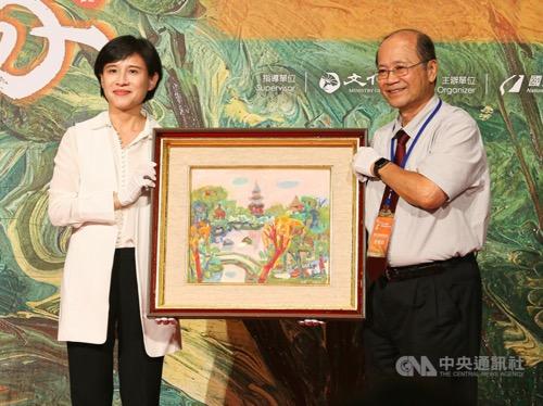 Culture Minister Cheng Li-chiun (鄭麗君, left) and Charles Hsu (許照信)