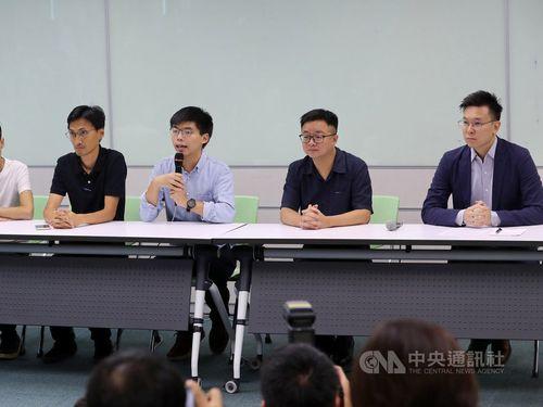 Joshua Wong (center)