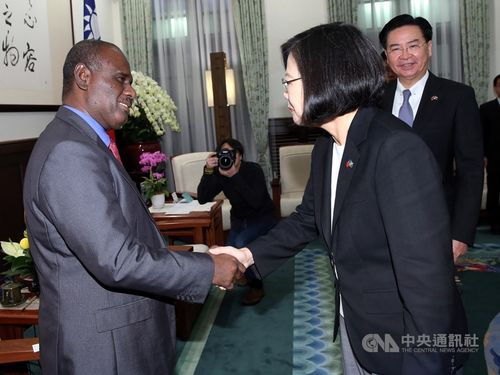 President Tsai Ing-wen (蔡英文, right) and Solomon Islands Foreign Minister Jeremiah Manele