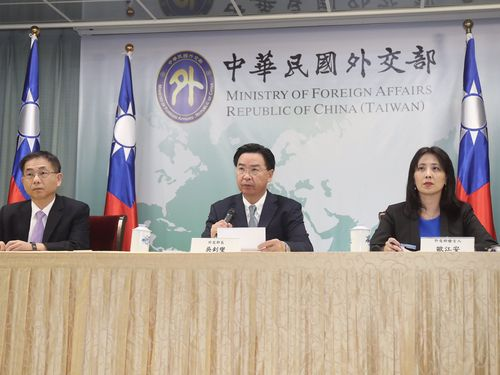 Minister of Foreign Affairs Joseph Wu (吳釗燮, center)