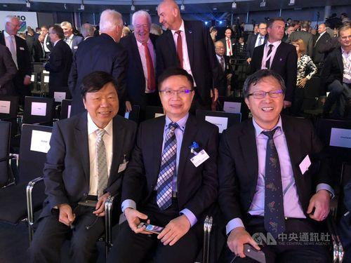 TAITRA Chairman James Huang (center)