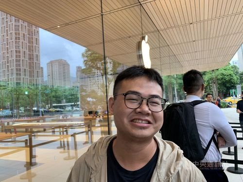 a 30-year-old man surnamed Hsu is the first client at Apple Inc.