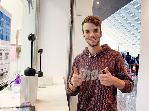 An Italian traveler who cleared Taiwan immigration using the e-Gate system (Photo courtesy of the National Immigration Agency)