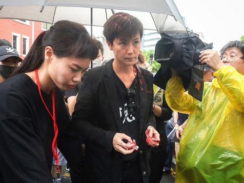Hong Kong singer- activist Denise Ho (何韻詩, center)