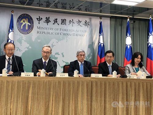 Hsu Szu-chien (徐斯儉, center)