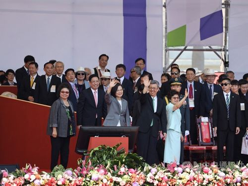 President Tsai Ing-wen (蔡英文, front row, second left)