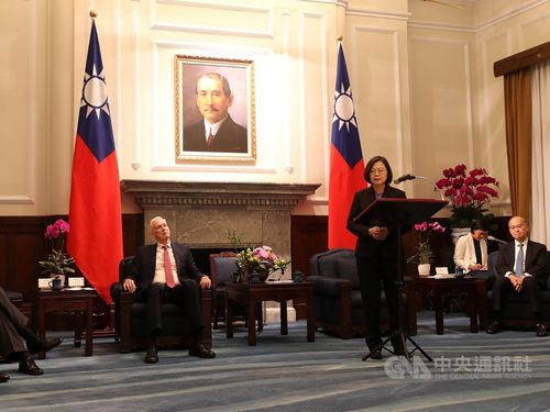 President Tsai Ing-wen (蔡英文, standing) at the Presidential Office and American Institute in Taiwan (AIT) Chairman James Moriarty (left, seated)
