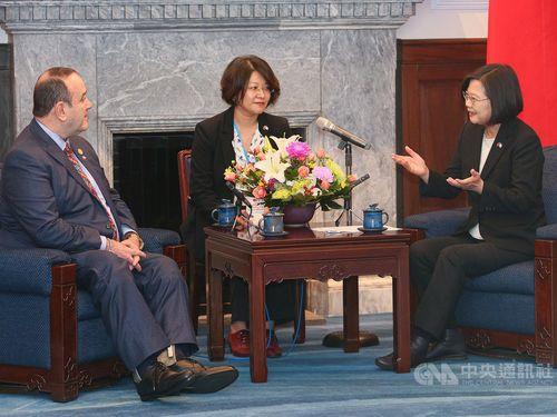 President Tsai Ing-wen (蔡英文, right) and Guatemalan President-elect Alejandro Eduardo Giammattei (left)