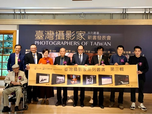 Deputy Minister of Culture Hsiao Tsung-huang (蕭宗煌, seventh right), NTMOFA Lin Chi-ming (林志明, fourth right), and photographer Wong Ting-hua (翁庭華, fifth right)