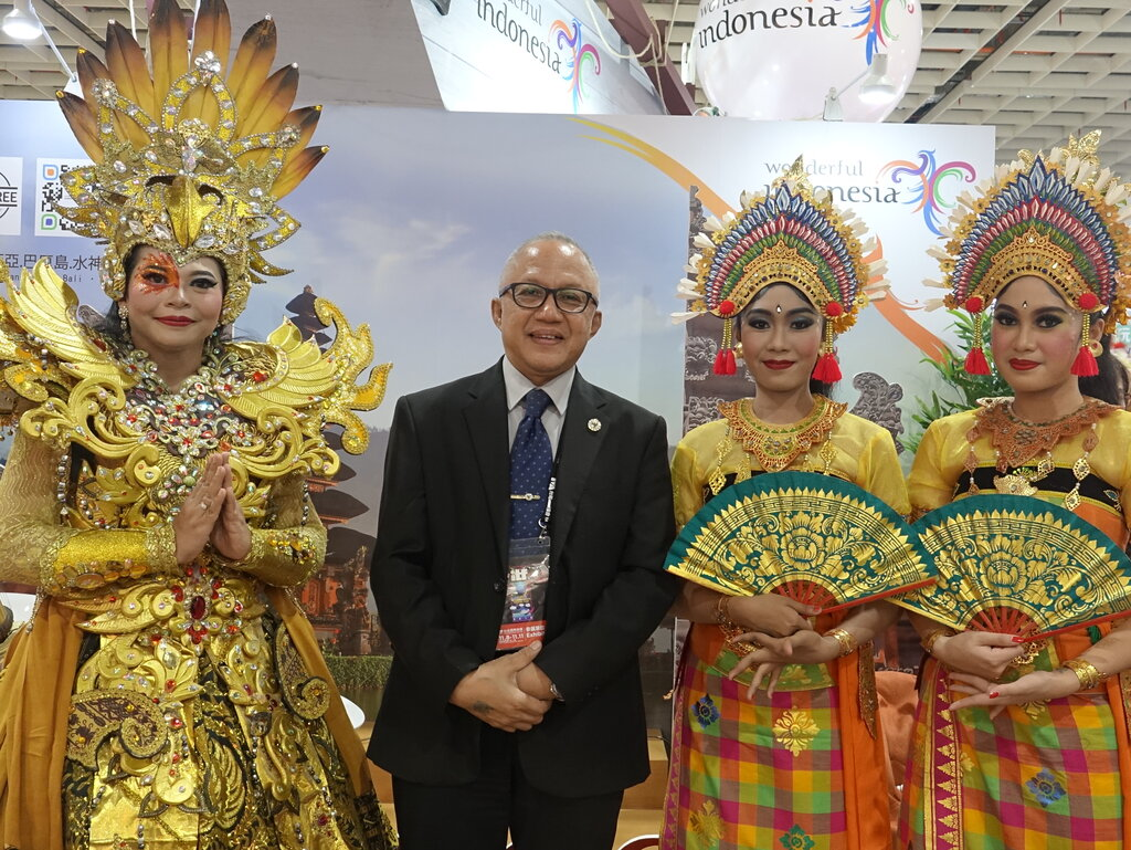 Adila (second left), director of Tourism and Transportation Dept. at Indonesian Economic and Trade Office to Taipei