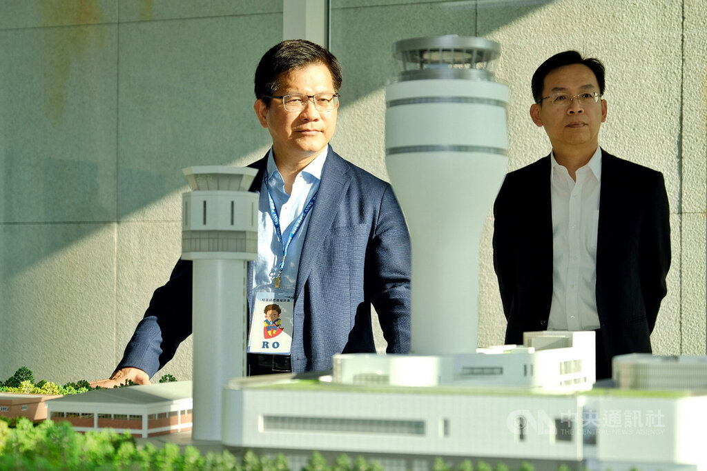 Transportation Minister Lin Chia-lung (left)