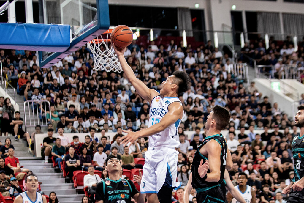 Taipei Fubon Braves guard Lin Chih-chieh (林志傑) goes for a lay-up / Photo courtesy of Taipei Fubon Braves