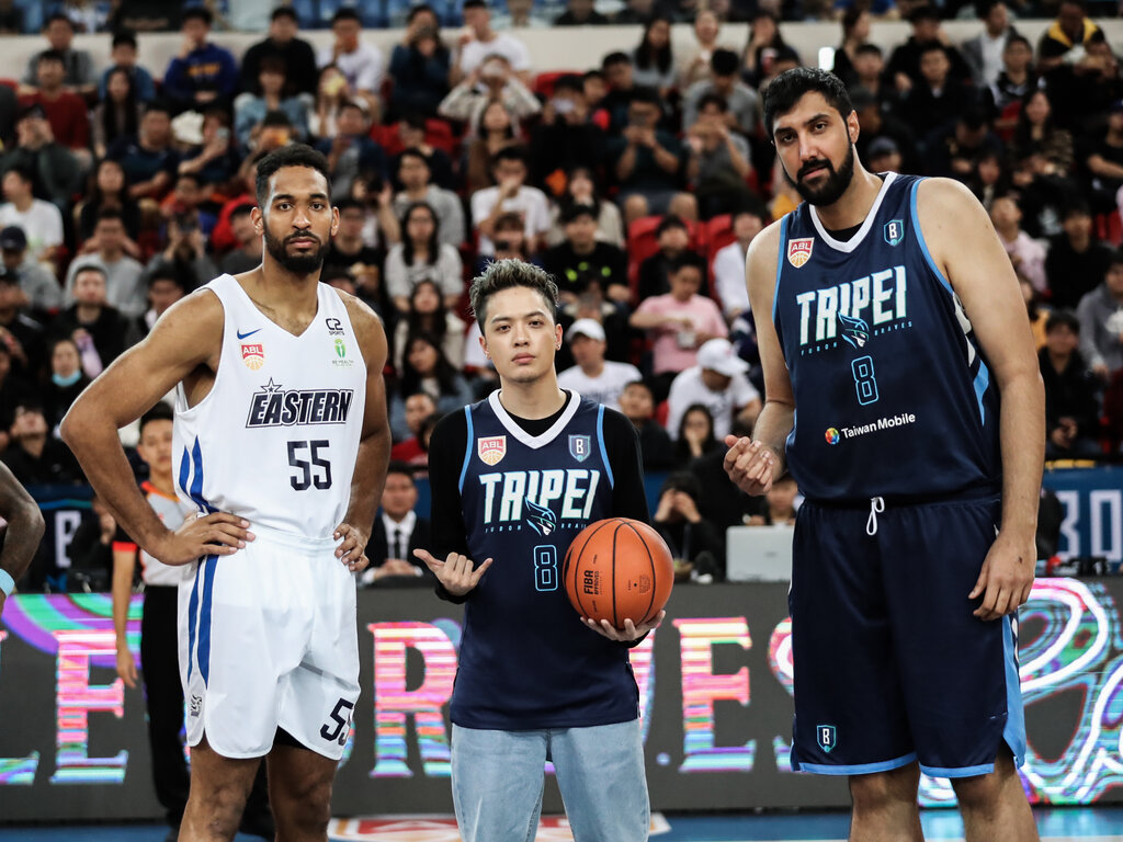 Hong Kong center Michael Holyfield (left) and Taipei center Gursimran-Sing Bhullar (right) / Photo courtesy of Taipei Fubon Braves