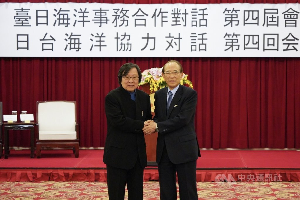 Chiou I-jen (邱義仁, left), head of the Taiwan-Japan Relations Association (TJRA), and Ohashi Mitsuo, Chairman of the Japan-Taiwan Exchange Association (JTEA).