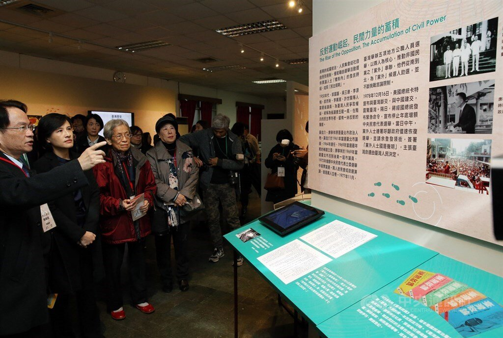Minister of Culture Cheng Li-chiun (second left) toured the Kaohsiung Incident exhibit.