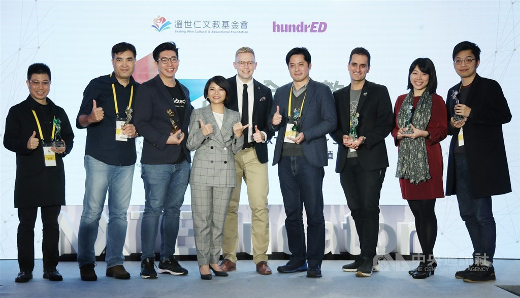 Teresa Lin (林雅莉, fourth left) and Lasse Leponiemi (center) with 2019