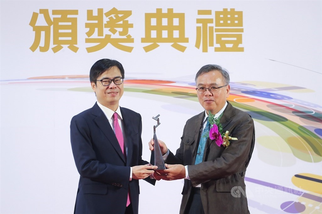 Wu Yih-min (right) receives the Executive Yuan Award for Outstanding Science and Technology Contribution from Vice Premier Chen Chi-mai