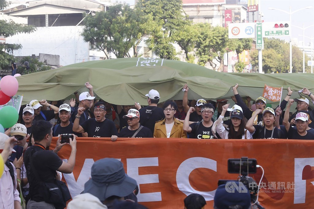 Aaron Yin (尹立, fourth right), founder of the grassroots movement Wecare Kaohsiung. CNA file photo