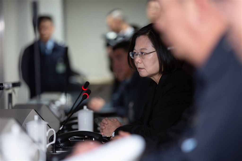 President Tsai Ing-wen speaks with military personnel at during a visit to the Republic of China Armed Forces Joint Operations Command Center in Dazhi District, Taipei. (Photo courtesy of the Presidential Office)