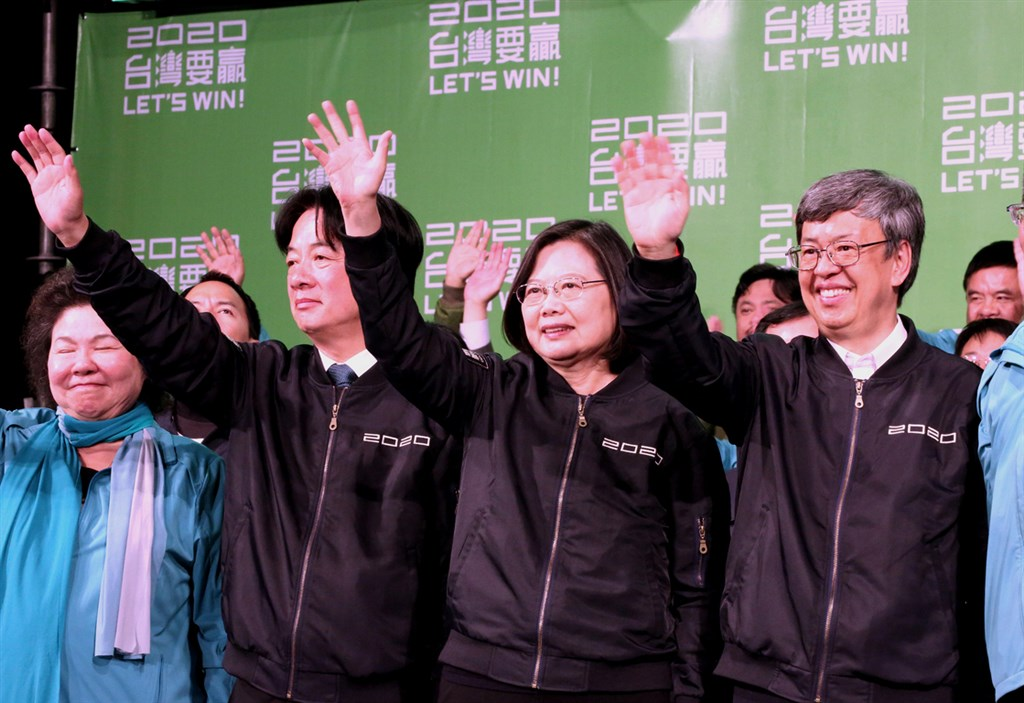 President Tsai Ing-wen (center)