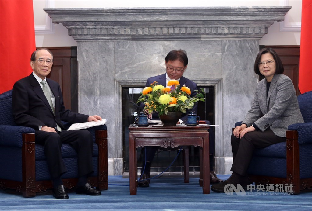 Taiwan President Tsai Ing-wen (蔡英文, right) and Japan-Taiwan Exchange Association Chairman Mitsuo Ohashi (left)